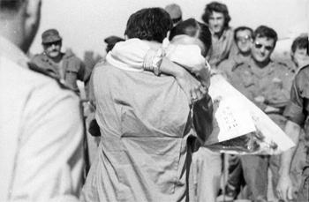 חזרת שבויים ישראלים ממלחמת יום כיפור.    צילום: י.פ.פ.א